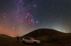 Maximum Orionid v roce 2017 nad Mongolskem. Orion je sedm jasných hvězd připomínajících motýla ve směru nad autem. Foto: Lu Shupei.