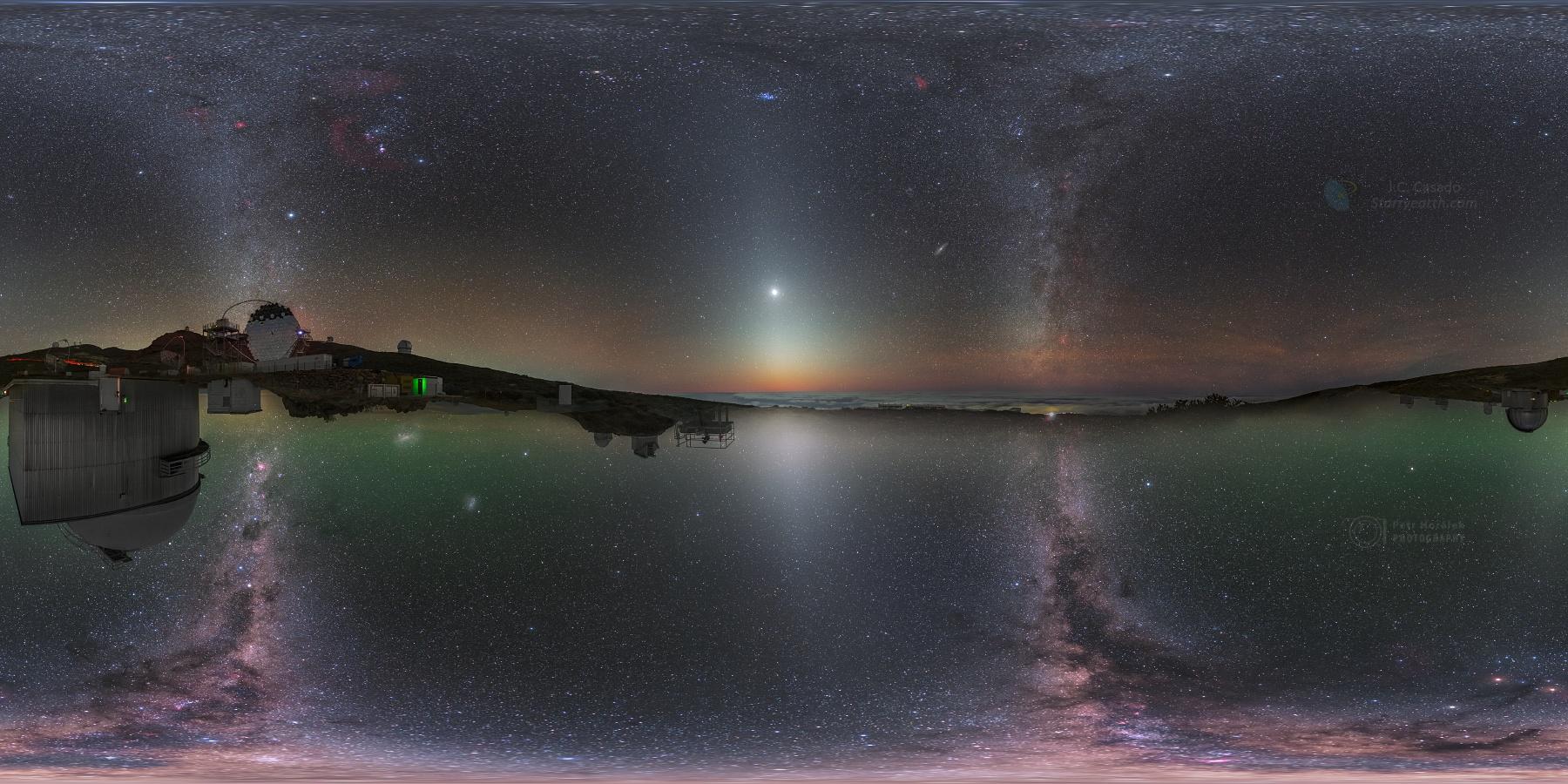 Zvířetníkové světlo (světlé kužele uprostřed) na mozaice ze severní a jižní polokoule. Foto: Petr Horálek a Juan Carlos Casado.