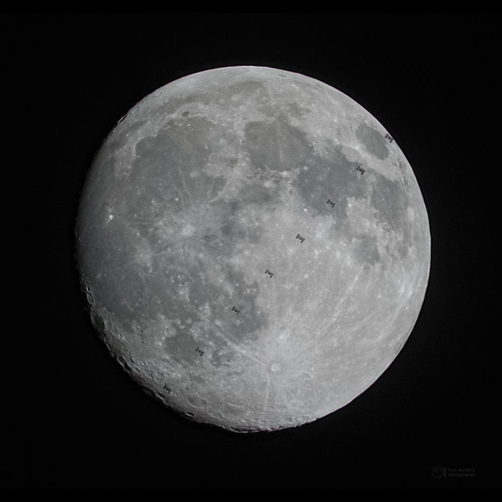 Sekvence přeletu Mezinárodní kosmické stanice před Měsícem 26. ledna 2021 ze Záhradného. Foto: Petr Horálek.