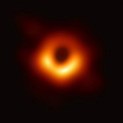 Slavný historicky první snímek stínu černé díry a prstence zářící hmoty okolo něj pořízený pomocí několika radioteleskopů rozmístěných po celém světě v rámci projektu EHT (Event Horizon Telescope).