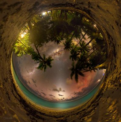 Nejlépe je zvířetníkové světlo viditelné po západu nebo před východem Slunce. Na snímku ta dokonale tmavé obloze na celooblohové mozaice z ostrova Rarotonga v Pacifiku. Foto: Petr Horálek.