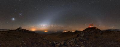 Oblouk zvířetníkového světla a mostu na dokonale tmavé obloze nad observatoří ESO La Silla v Chile. Foto: Petr Horálek.