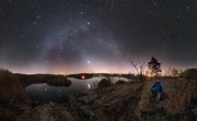 Kužel zvířetníkového světla sahající až k oblouku Mléčné dráhy v březnu 2020 (jasný objekt je planeta Venuše. Na obzoru však září žluté světelné znečištění. Foto: Petr Horálek.