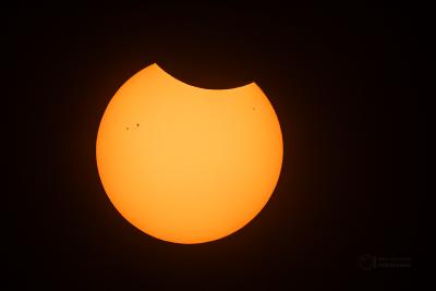 Částečné zatmění Slunce v září 2015. Takto bude zhruba vypadat maximální fáze zatmění 10. června 2021 v Česku při pohledu přes bezpečný filtr. Foto: Petr Horálek/FÚ v Opavě.