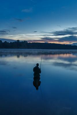 Noční svítící oblaka a rybář na Sečské přehradě 25. června 2021. Foto: Petr Horálek.
