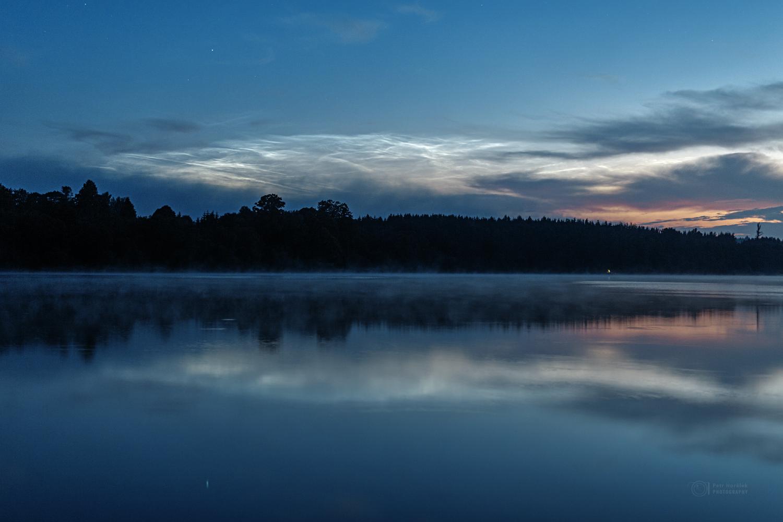 Noční svítící oblaka nad Sečskou přehradou 25. června 2021. Foto: Petr Horálek.