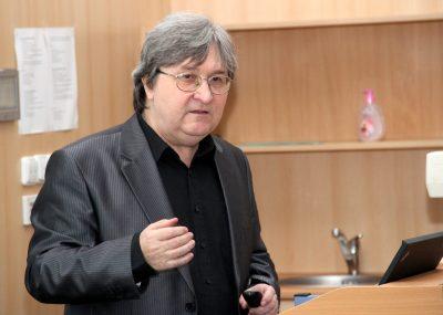 Profesor Zdeněk Stuchlík během své přednášky na opavské univerzitě. Foto: SLU.