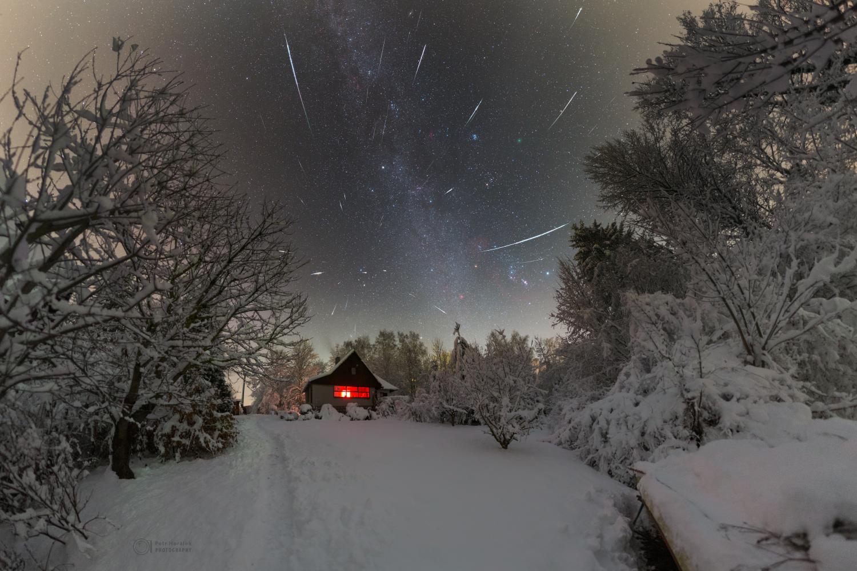 Maximum Geminid v roce 2018 nad zasněženou chatou v Železných horách. Foto: Petr Horálek.