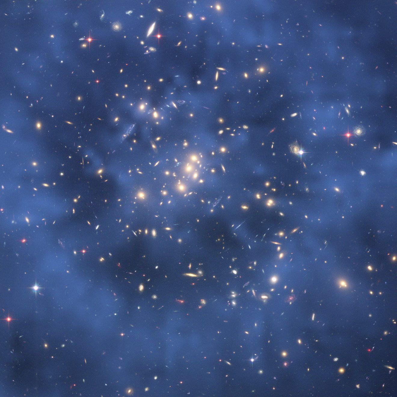 Přes snímek z Hubbleova kosmického dalekohledu byl vložen modrý obraz naměřeného prstencového rozložení Skryté hmoty kolem středu kupy galaxií CL0024+17. Kredit: NASA, ESA, M.J. Jee a H. Ford (Johns Hopkins University).